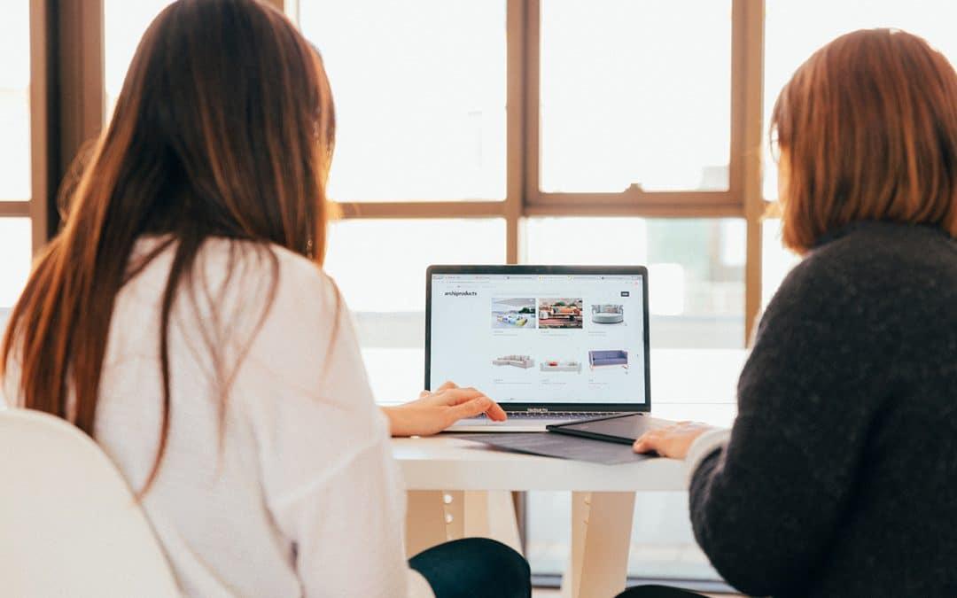 Deux femmes devant un ordinateur